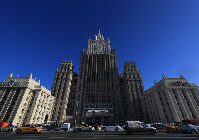 Em Moscou, capital da Rússia, carros passam em frente à sede do Ministério das Relações Exteriores da Rússia, em 15 de abril de 2021