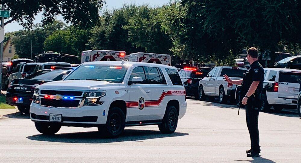 Em Cedar Park, no estado norte-americano do Texas, EUA, a polícia e os serviços de emergência locais atendem a uma chamada após três policiais sofrerem um ataque a tiros, em 16 de agosto de 2020