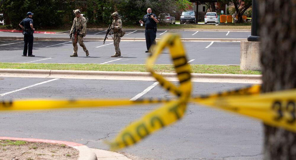 Policiais investigam a cena do tiroteio que deixou três mortos em Austin, no Texas