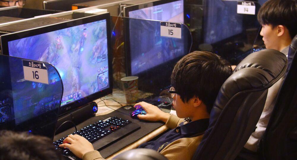 Homem joga um jogo de computador em um café para PC em Seul, na Coreia do Sul, 30 de agosto de 2016.