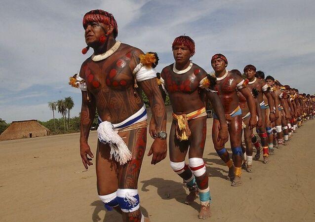 Dia do Índio é celebrado no Brasil neste dia 19 de abril. Na foto, indígenas realizando dança típica em uma aldeia.