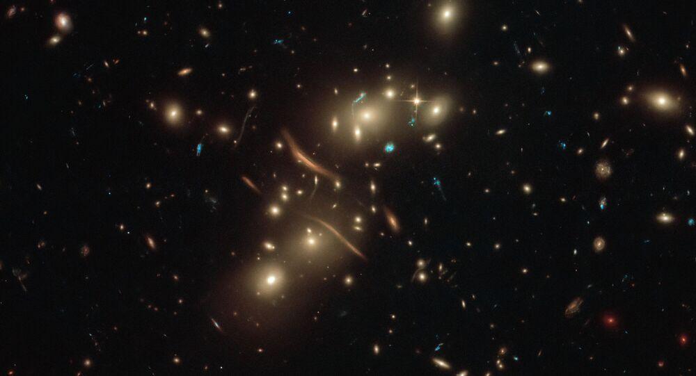 Imagem registrada pelo Telescópio Espacial Hubble mostra luz se dobrando em um fenômeno conhecido como lente gravitacional