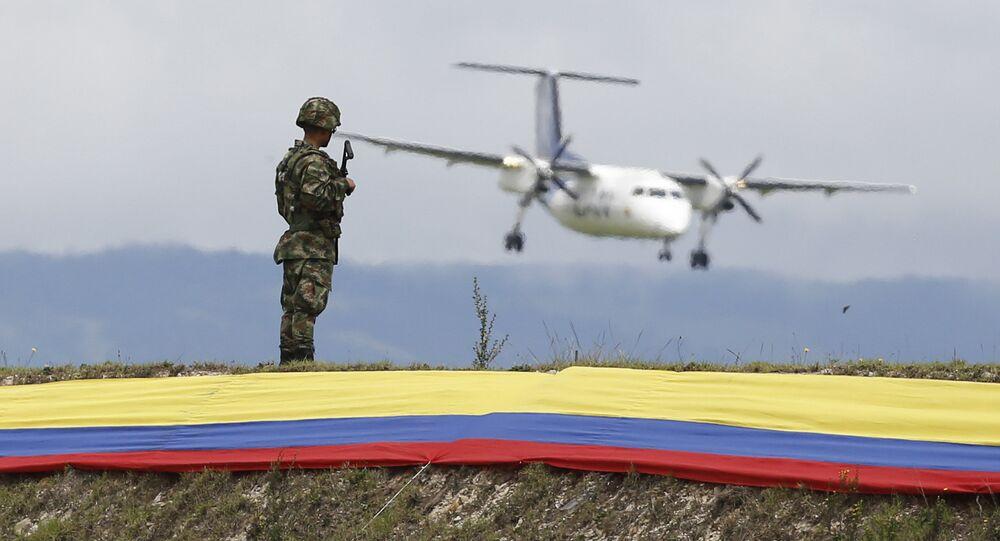 Soldado durante cerimônia do 95º aniversário da Força Aérea Colombiana no aeroporto militar de Bogotá, na Colômbia, no dia 13 de novembro de 2014