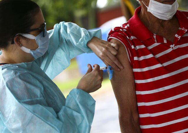 Vacinação contra a COVID-19 no Parque da Cidade, em Brasília.