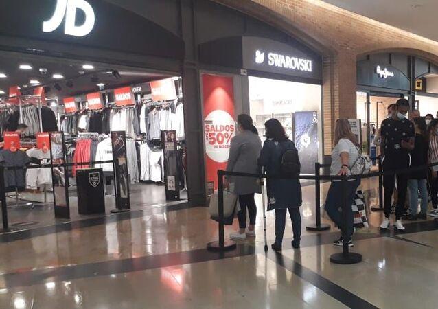 Fila no Fórum Almada durante a reabertura dos shoppings em Portugal