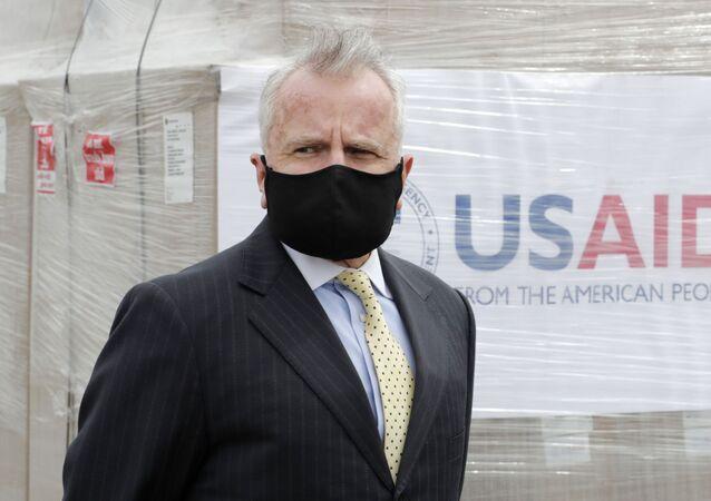 Embaixador dos EUA na Rússia, John Sullivan, durante entrega de um segundo lote de 150 ventiladores para combater a pandemia do coronavírus, em Moscou