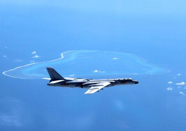 Bombardeiro chinês H-6K patrulhando águas disputadas do mar do Sul da China
