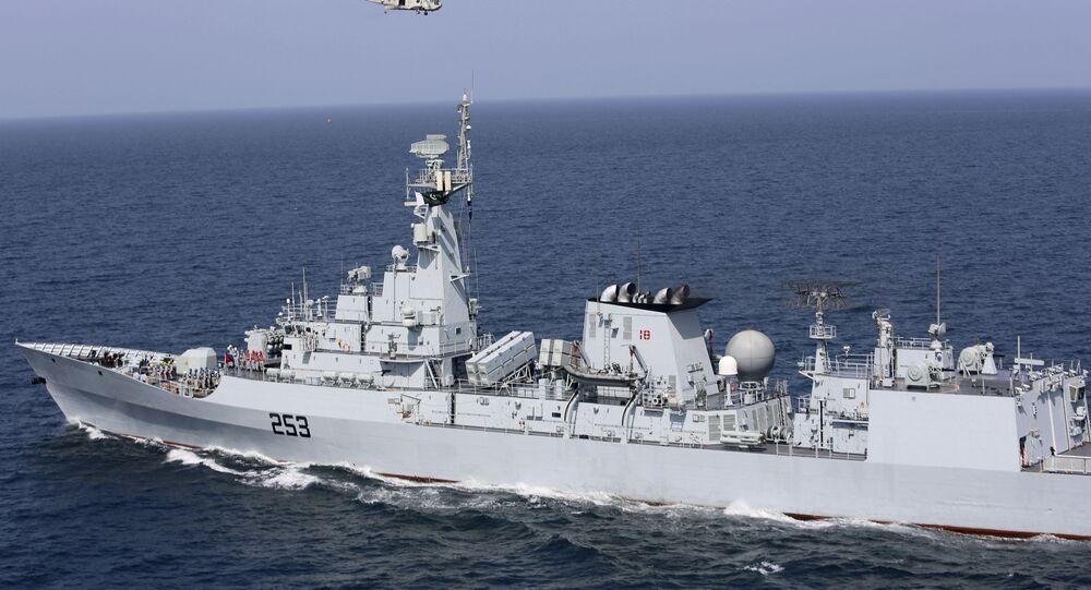 Navio de guerra paquistanês participa do exercício de paz Aman no mar Arábico, perto de Karachi, Paquistão