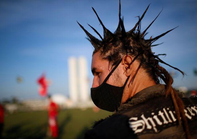 Manifestante participa de ato contra o presidente Jair Bolsonaro, em Brasília, 16 de abril de 2021