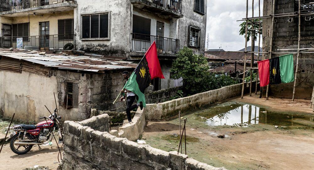 Um apoiador do Povo Indígena do Biafra (IPOB, na sigla em inglês) carrega a bandeira do Biafra em 28 de maio de 2017, ano em que a guerra civil completou 50 anos, no distrito de Osusu, em Aba, Nigéria