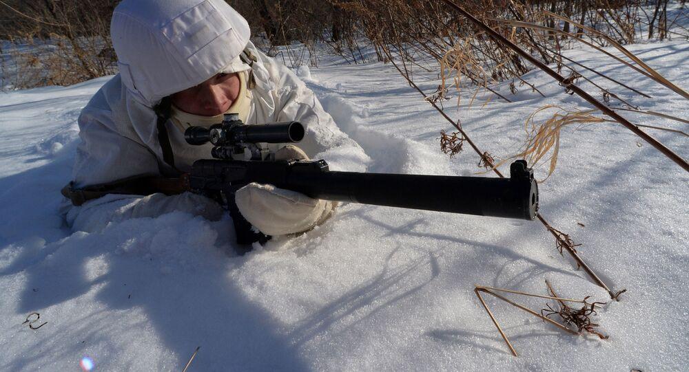 Franco-atirador durante treinamento de batalhão de fuzileiros navais da Frota do Pacífico da Rússia