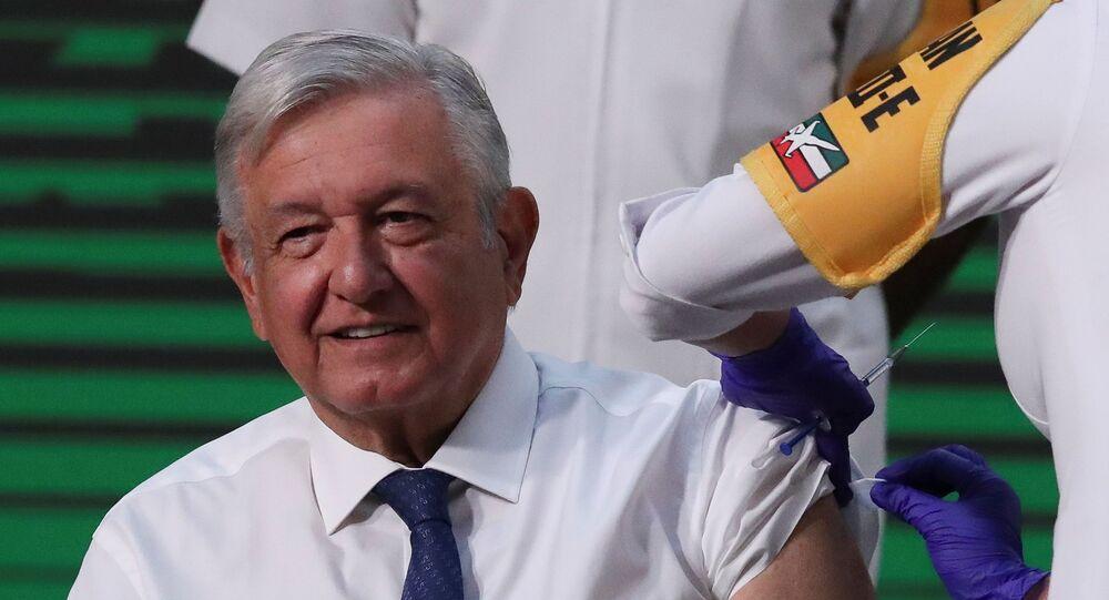 O presidente do México, Andres Manuel López Obrador, recebe a dose da vacina da AstraZeneca contra a COVID-19 no Palácio Nacional da Cidade do México, México, em 20 de abril de 2021.