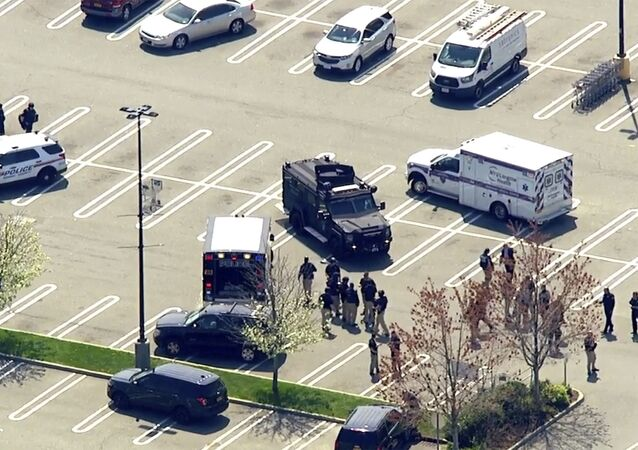 Foto aérea fornecida pela emissora de rádio WABC mostra a polícia na cena de um tiroteio em um supermercado Stop & Shop em West Hempstead, em Nova York, no dia 20 de abril de 2021