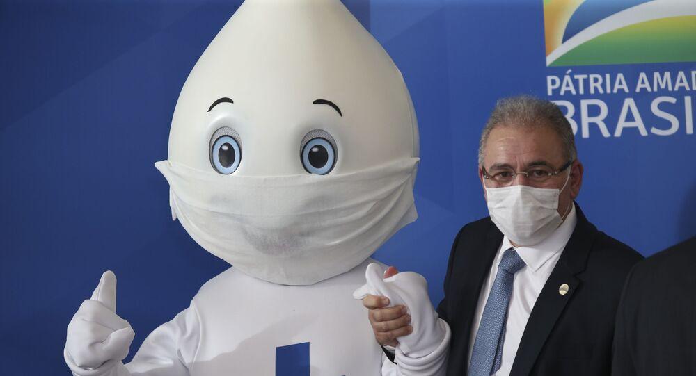 O ministro da Saúde,  Marcelo Queiroga, posa para foto com o personagem Zé Gotinha, após coletiva no Palácio do Planalto.