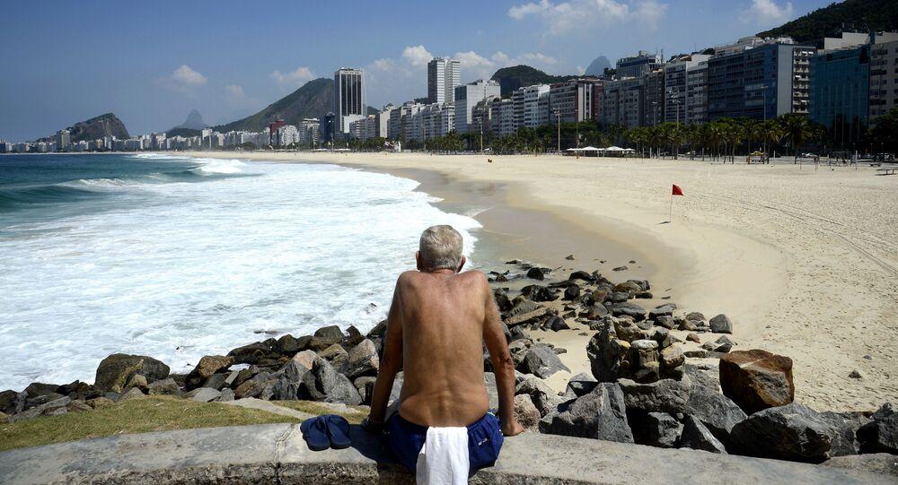 Praia do Leme e Copacabana, no Rio de Janeiro, vazias após decreto que proibia permanência nas areias.