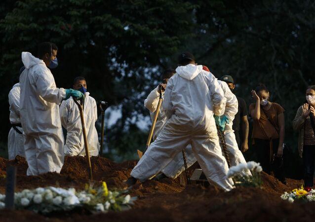 Enterro de vítima da COVID-19 em cemitério na cidade de São Paulo.