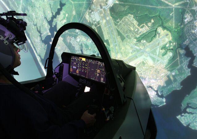 Piloto realiza missão em simulador de voo do caça F-35 na base aérea de Eglin, na Flórida