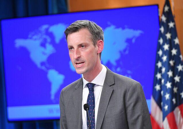 Ned Price, porta-voz do Departamento de Estado dos EUA, fala no Departamento de Estado em Washington, EUA, 30 de março de 2021