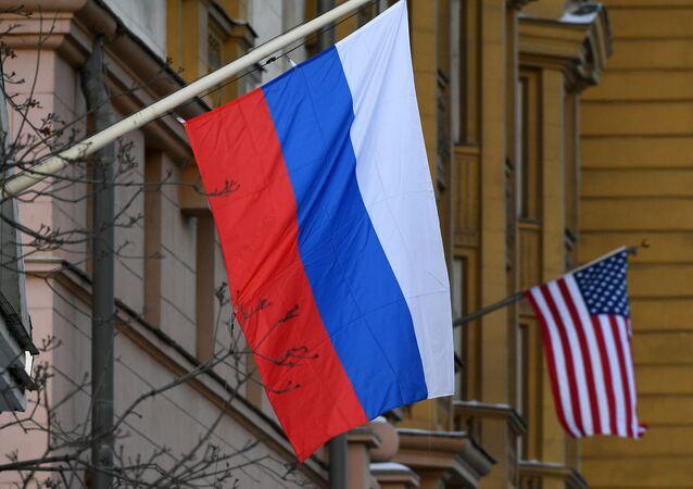 Bandeiras russa e norte-americana na embaixada dos EUA em Moscou, Rússia