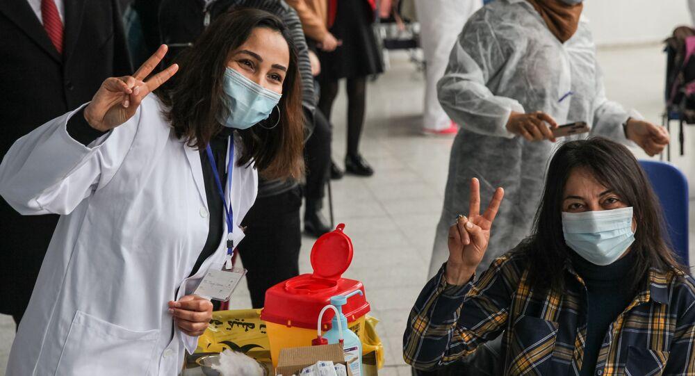 Vacinação contra a COVID-19 com a vacina russa Sputnik V em centro esportivo da capital da Tunísia, Tunes, 13 de março de 2021