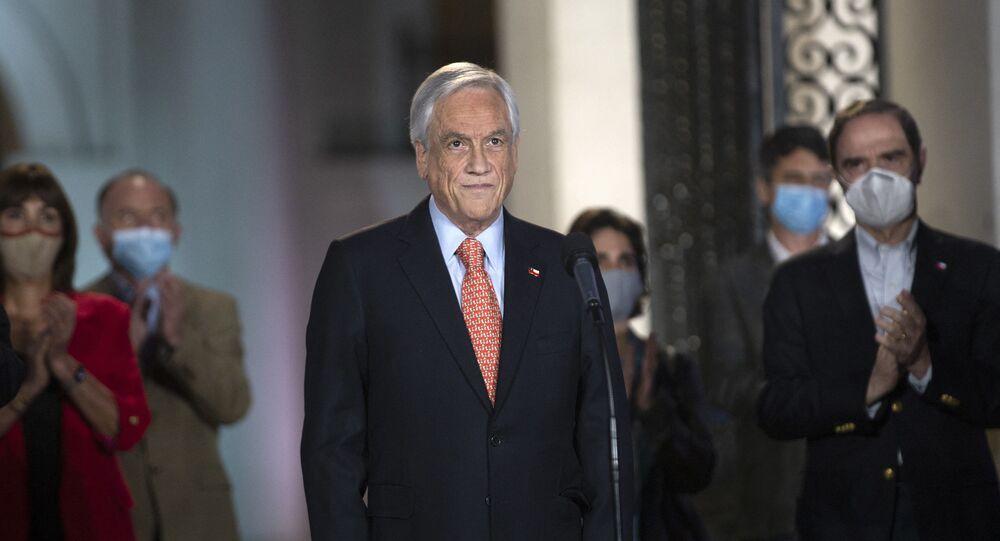 O presidente do Chile, Sebastián Piñera, se prepara para pronunciamento no palácio presidencial La Moneda, em Santiago, no dia 25 de outubro de 2020
