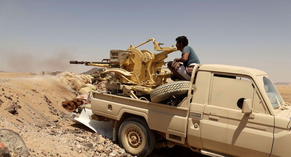 Um soldado do governo iemenita dispara arma montada em um veículo na linha de frente do combate contra os houthis em Marib, Iêmen, em 28 de março de 2021.