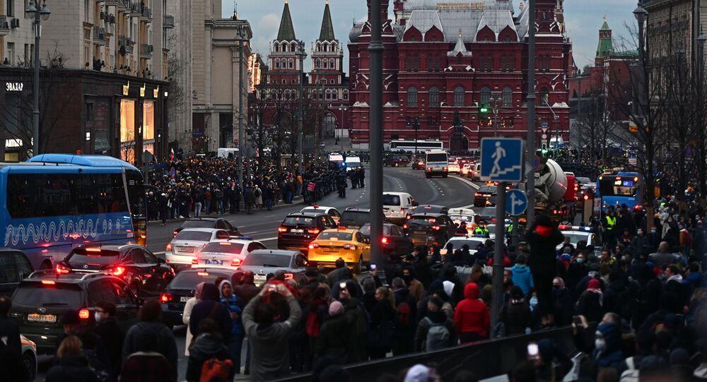 Participantes de uma manifestação não autorizada em apoio a Aleksei Navalny em Moscou, em 21 de abril de 2021