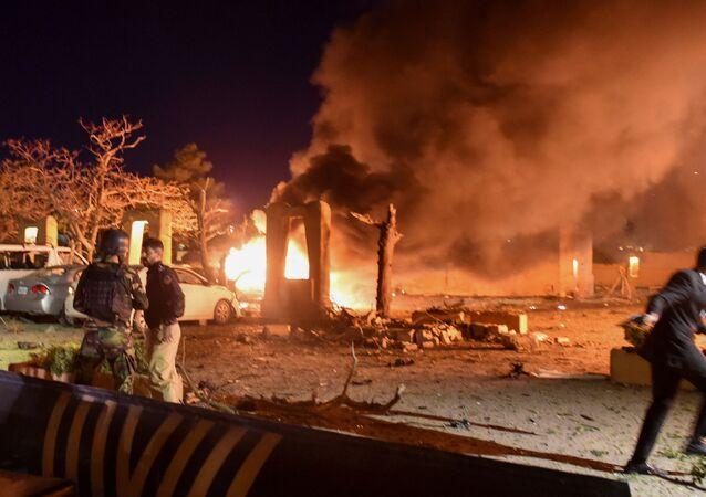 Policial e soldado paramilitar são vistos após explosão em um hotel de luxo em Quetta, Paquistão, em 21 de abril de 2021.