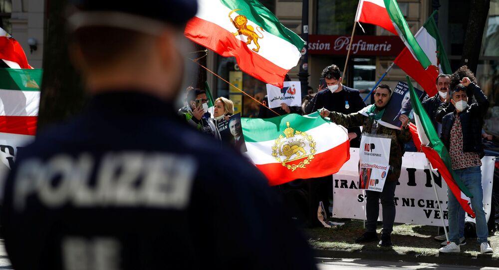 Um grupo de oposição do Irã protesta em frente ao hotel, durante uma reunião da Comissão Conjunta JCPOA, em Viena, Áustria, em 9 de abril de 2021