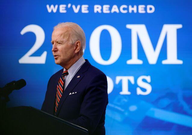 Em Washington, o presidente dos Estados Unidos, Joe Biden, discursa sobre o a vacinação contra a COVID-19 durante seu governo, em 21 de abril de 2021