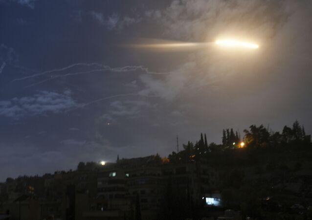 Em Damasco, na Síria, mísseis sobrevoam área na região do aeroporto internacional local. Imagem de arquivo