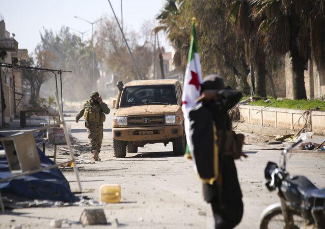 Em Idlib, província da Síria, rebeldes apoiados pela Turquia entram na cidade de Saraqeb, em 27 de fevereiro de 2020