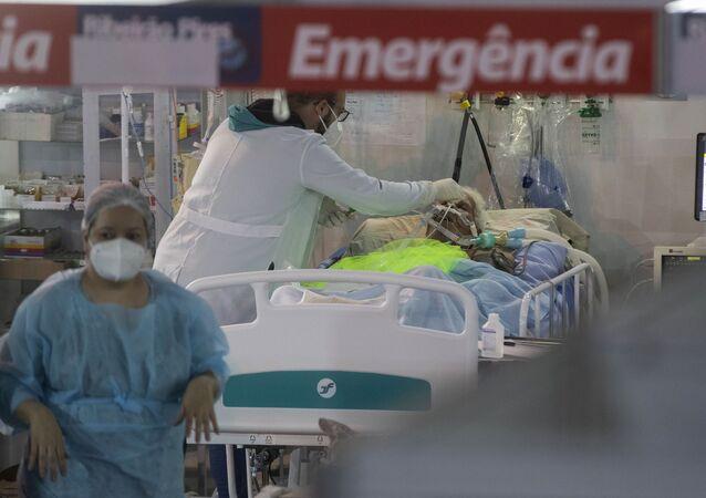 Em Ribeirão Pires, na região metropolitana de São Paulo, profissionais de saúde cuidam de uma paciente de COVID-19 em um hospital de campanha, em 17 de abril de 2021