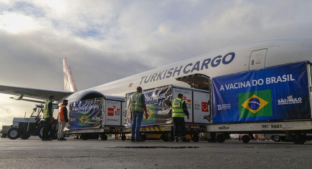 Contêineres transportadores de doses da vacina CoronaVac, descarregados de um avião cargueiro no Aeroporto Internacional de Guarulhos, São Paulo, no dia 19 de abril de 2021