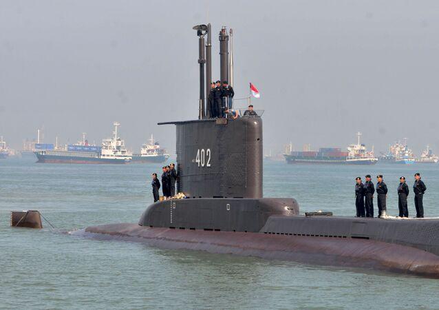 Pessoal da Marinha da Indonésia é visto no submarino KRI Nanggala-402, ao chegar em Surabaya, província de Java Oriental, Indonésia, em 6 de fevereiro de 2012.