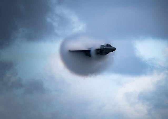 Piloto de F-35 Lightning II da Força Aérea dos EUA, executa manobra de passagem de alta velocidade no Show Aéreo de Fort Lauderdale de 2020, em Fort Lauderdale, Flórida, EUA, 22 de novembro de 2020