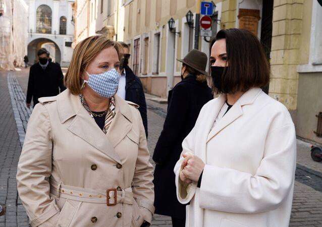 A embaixadora dos EUA para a Bielorrússia, Julie Fisher (à esquerda), se encontra com a líder da oposição bielorrussa, Svetlana Tikhanovskaya (à direita), na Lituânia