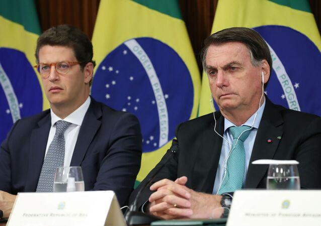 O presidente do Brasil, Jair Bolsonaro, e o ministro do Meio Ambiente, Ricardo Salles, participam da Cúpula do Clima virtual por meio de um link de vídeo em Brasília, Brasil, em 22 de abril de 2021.