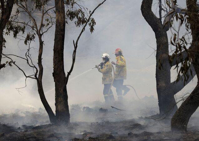 Bombeiros controlam um incêndio perto de Bredbo, ao sul da capital australiana, Canberra, no dia 2 de fevereiro de 2020