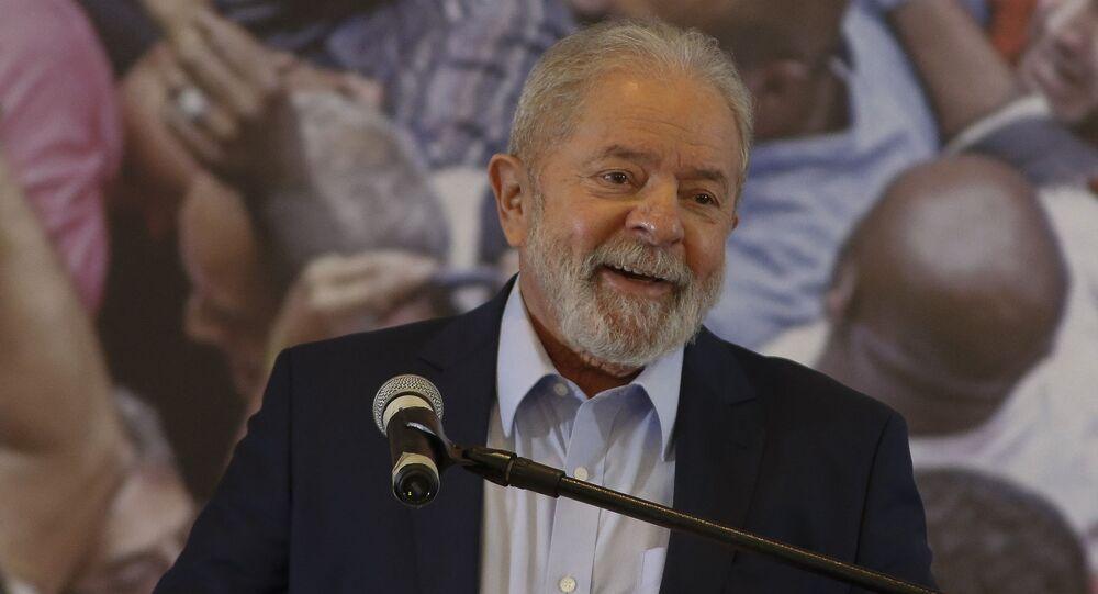 Lula faz discurso no Sindicato dos Metalúrgicos em São Bernardo do Campo (SP).