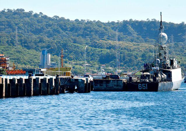 Embarcação da Marinha da Indonésia é vista durante as buscas pelo submarino desaparecido KRI Nanggala-402, 23 de abril de 2021