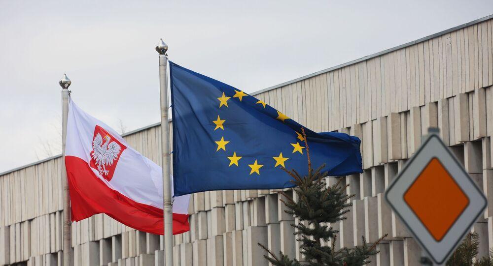 Bandeiras da Polônia e da União Europeia na embaixada da Polônia em Moscou, Rússia