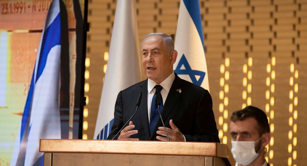 Benjamin Netanyahu, primeiro-ministro de Israel, fala em cerimônia oficial que marca o Dia da Memória de Israel, que comemora os soldados caídos e as vítimas israelenses de ataques hostis, no cemitério militar de Monte Herzl, Jerusalém, 14 de abril de 2021