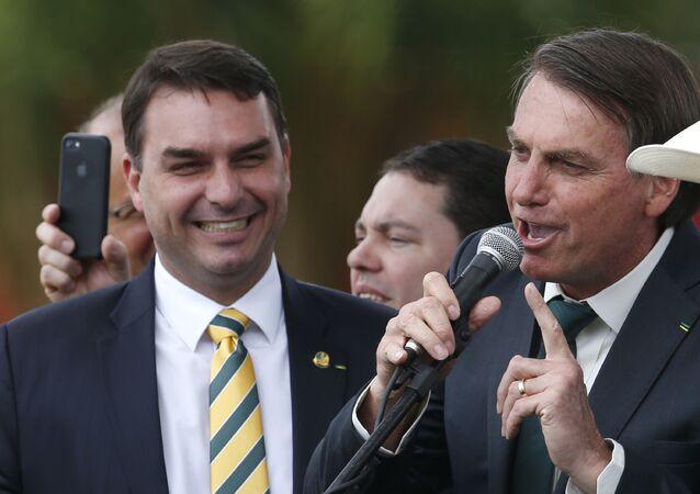 Flávio Bolsonaro ao lado do pai, o presidente Jair Bolsonaro, em 21 de novembro de 2019