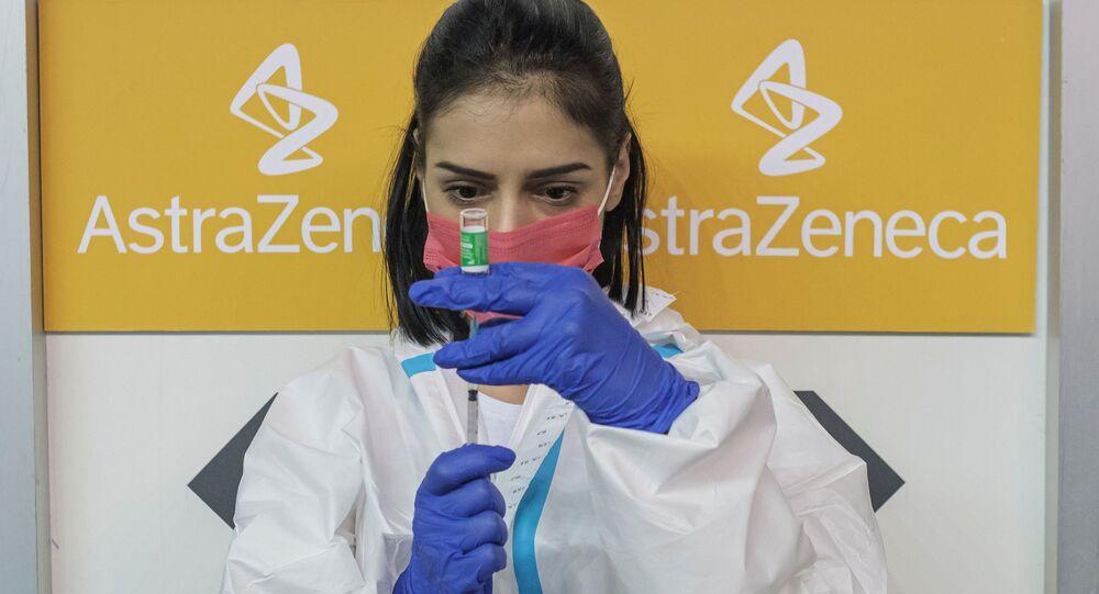 Uma enfermeira enche uma seringa com uma dose da vacina AstraZeneca contra a COVID-19