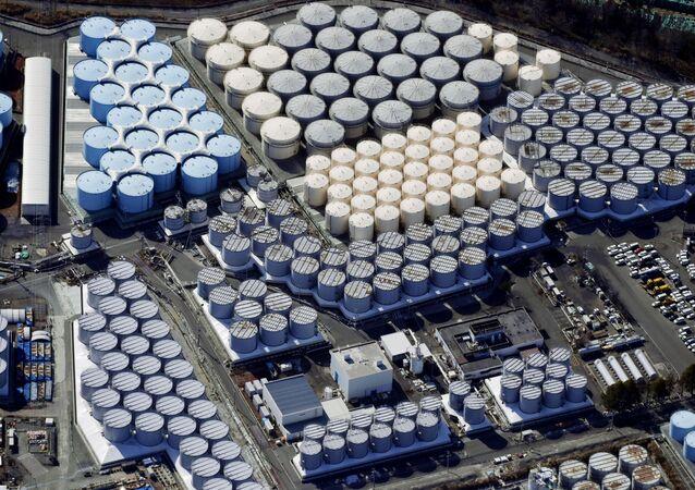 Vista aérea mostrando tanques de armazenamento de água tratada na usina nuclear de Fukushima Daiichi, na cidade de Okuma, província de Fukushima, Japão, 13 de fevereiro de 2021