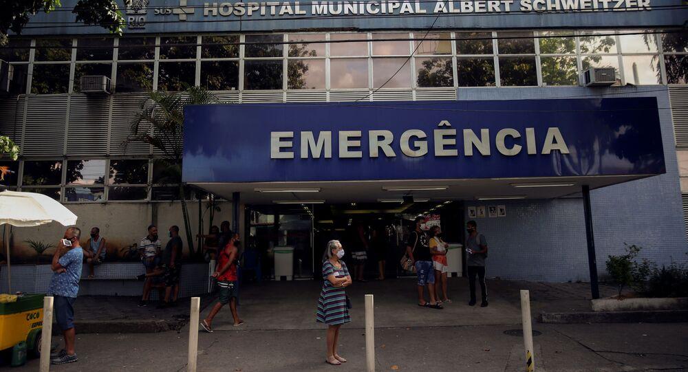 Pessoas em frente ao Hospital Municipal Albert Schweitzer, no Rio de Janeiro, no Brasil, no dia 15 de abril de 2021