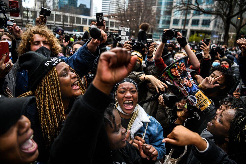 Pessoas celebram a leitura da sentença no julgamento do ex-policial Derek Chauvin, que matou o afro-americano George Floyd em Minneapolis, Minnesota, EUA, 20 de abril de 2021