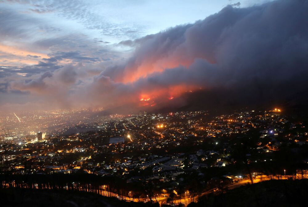 Incêndio florestal nas encostas da Montanha da Mesa na Cidade do Cabo, África do Sul, 19 de abril de 2021