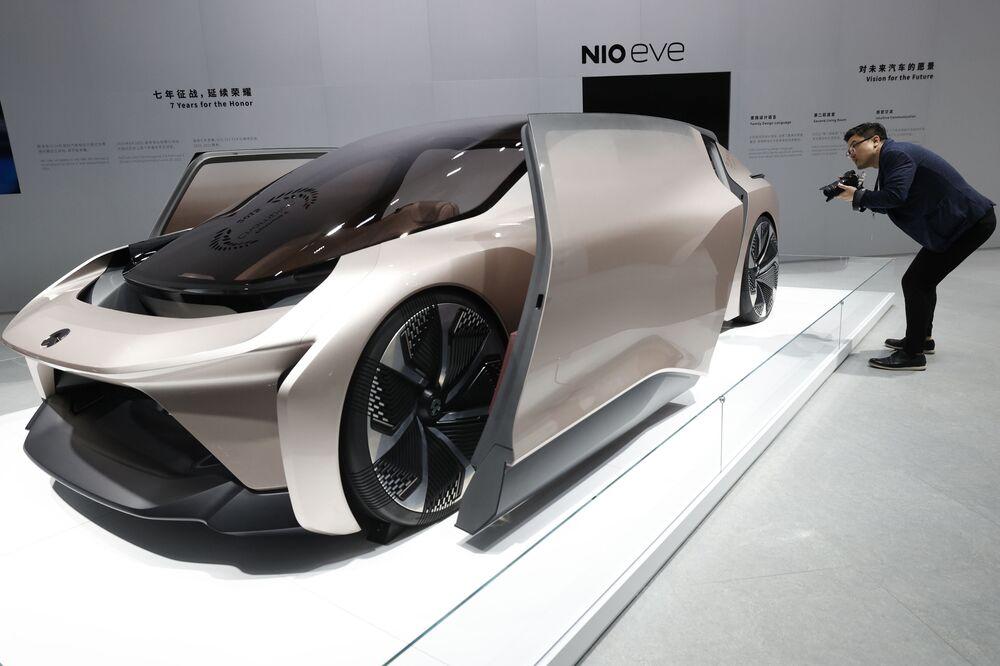 Visitante observa o carro-conceito NIO EVE durante o Salão do Automóvel de Xangai, China, 19 de abril de 2021